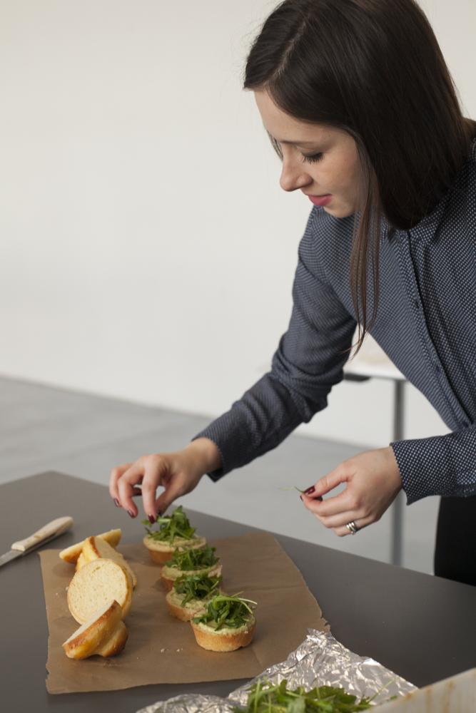 Hoch konzentriert: Katharina beim Anrichten der Brioche-Burger. Foto: Anna Haas