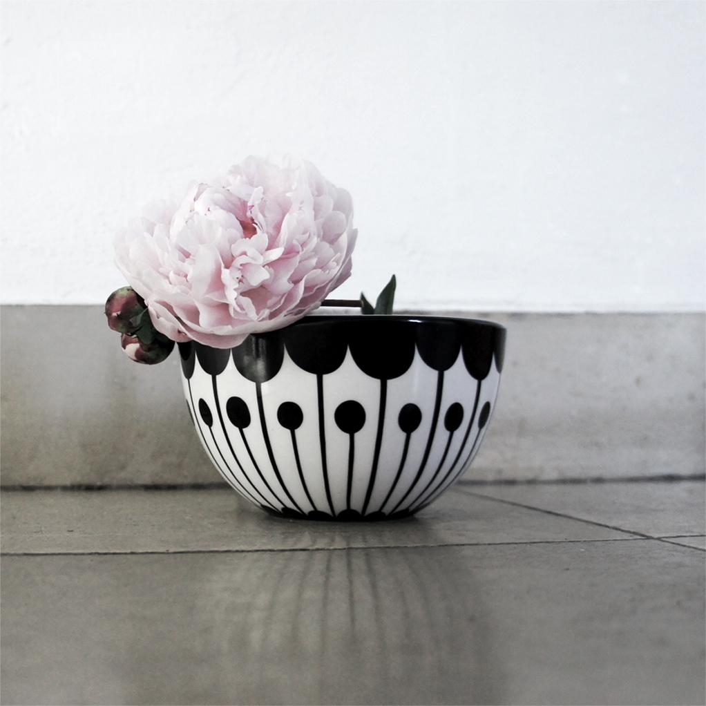 frjor_black_and_white_flower